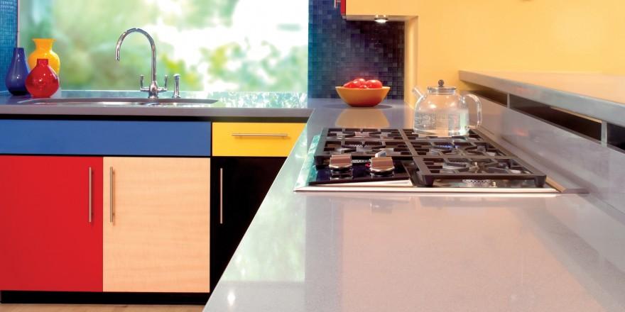 kleurrijke keuken met composiet aanrechtblad